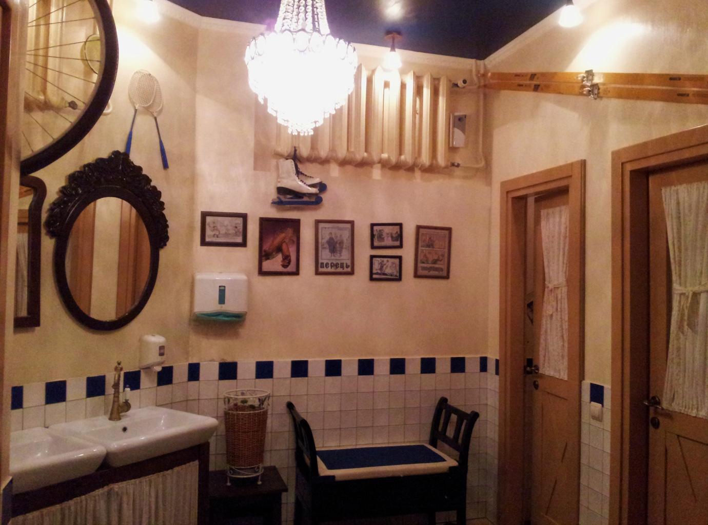 Mooi toilet in een Sovjet-stijl restaurant