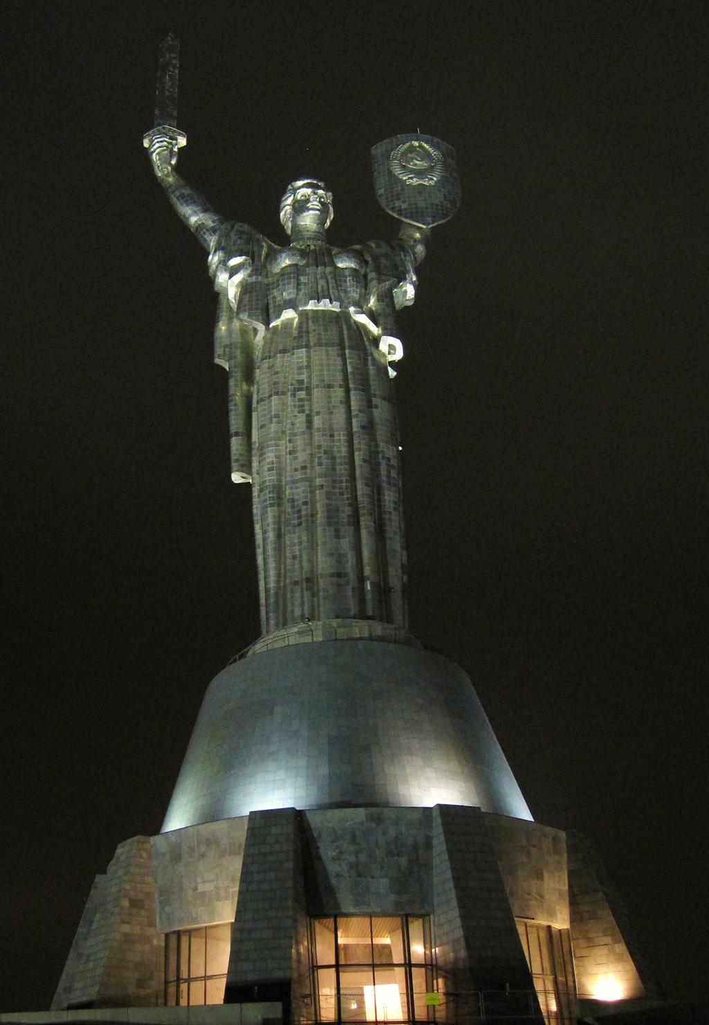 Oma Moskou, een oud sovjetbeeld bij het WOII-museum (62 meter hoog)