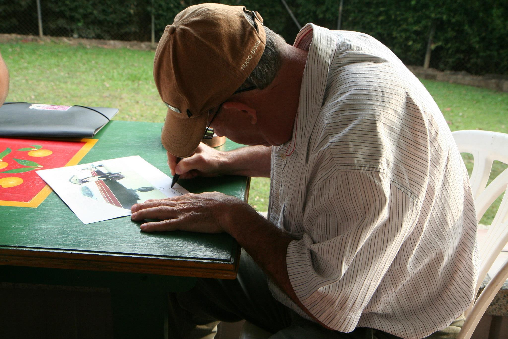 Roberto Escobar, de broer van wijlen coke-handelaar Pablo Escobar, signeert een foto voor ons