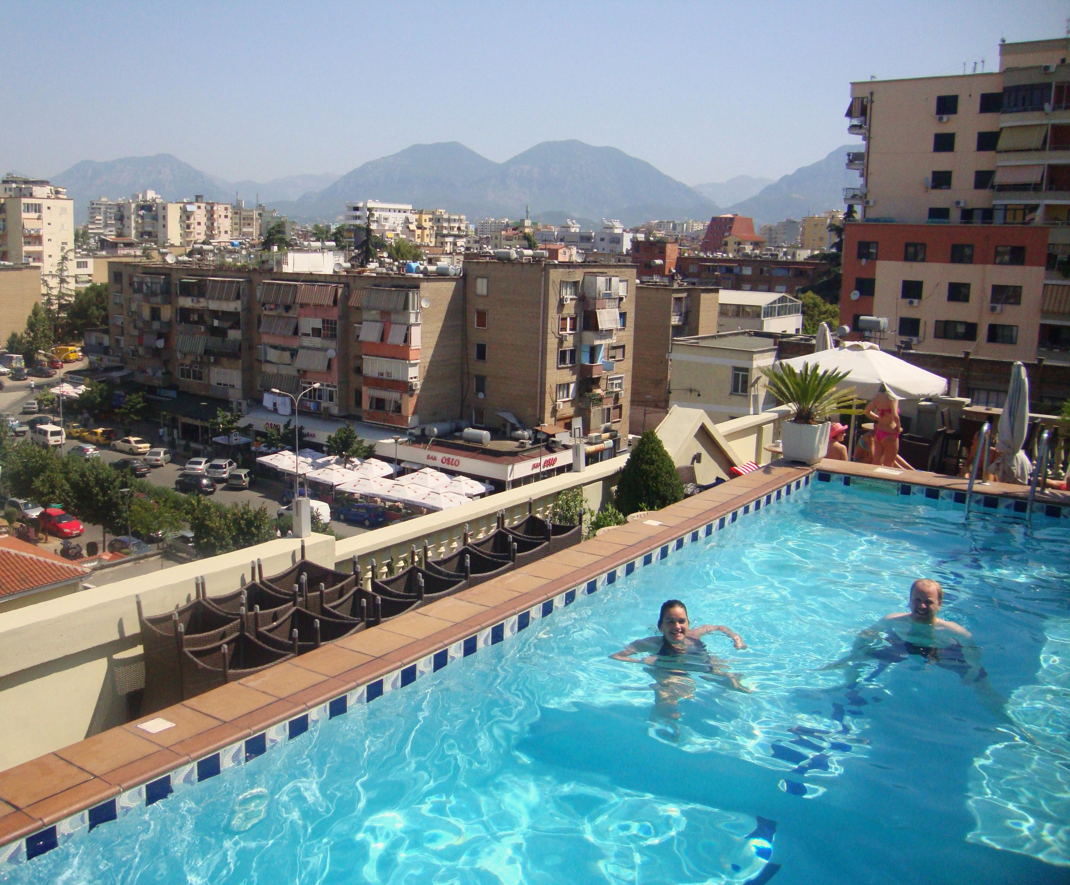 Rooftop pool in ons tweede Tirana hotel, yeah!