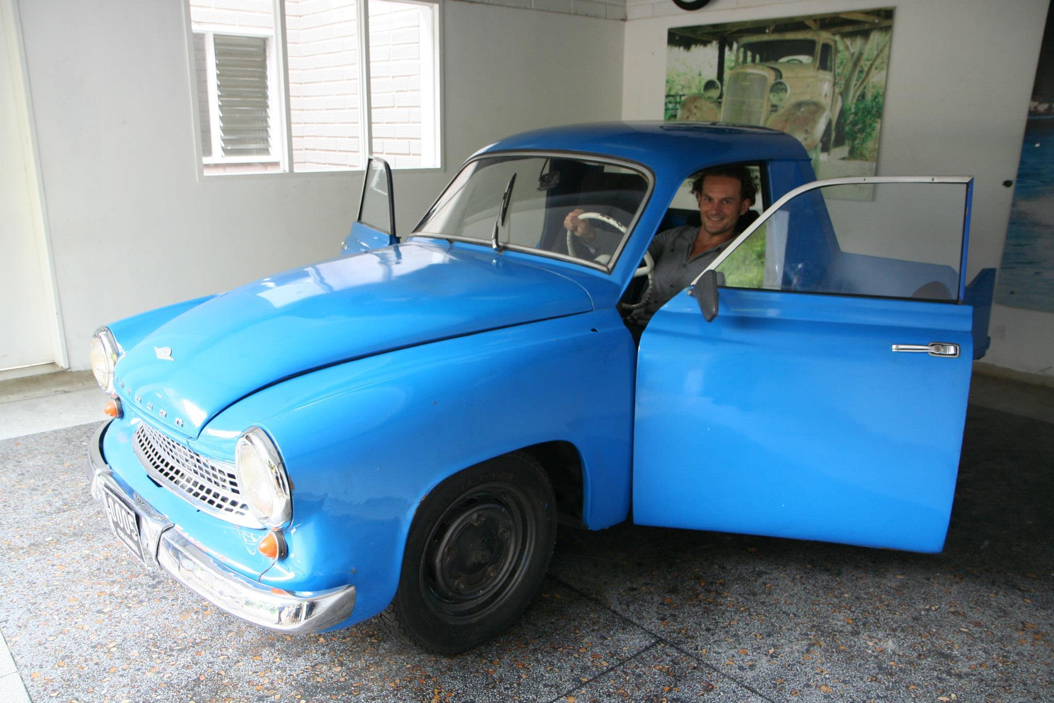 De eerste auto van Pablo Ecobar en zijn broer Roberto in Medellín