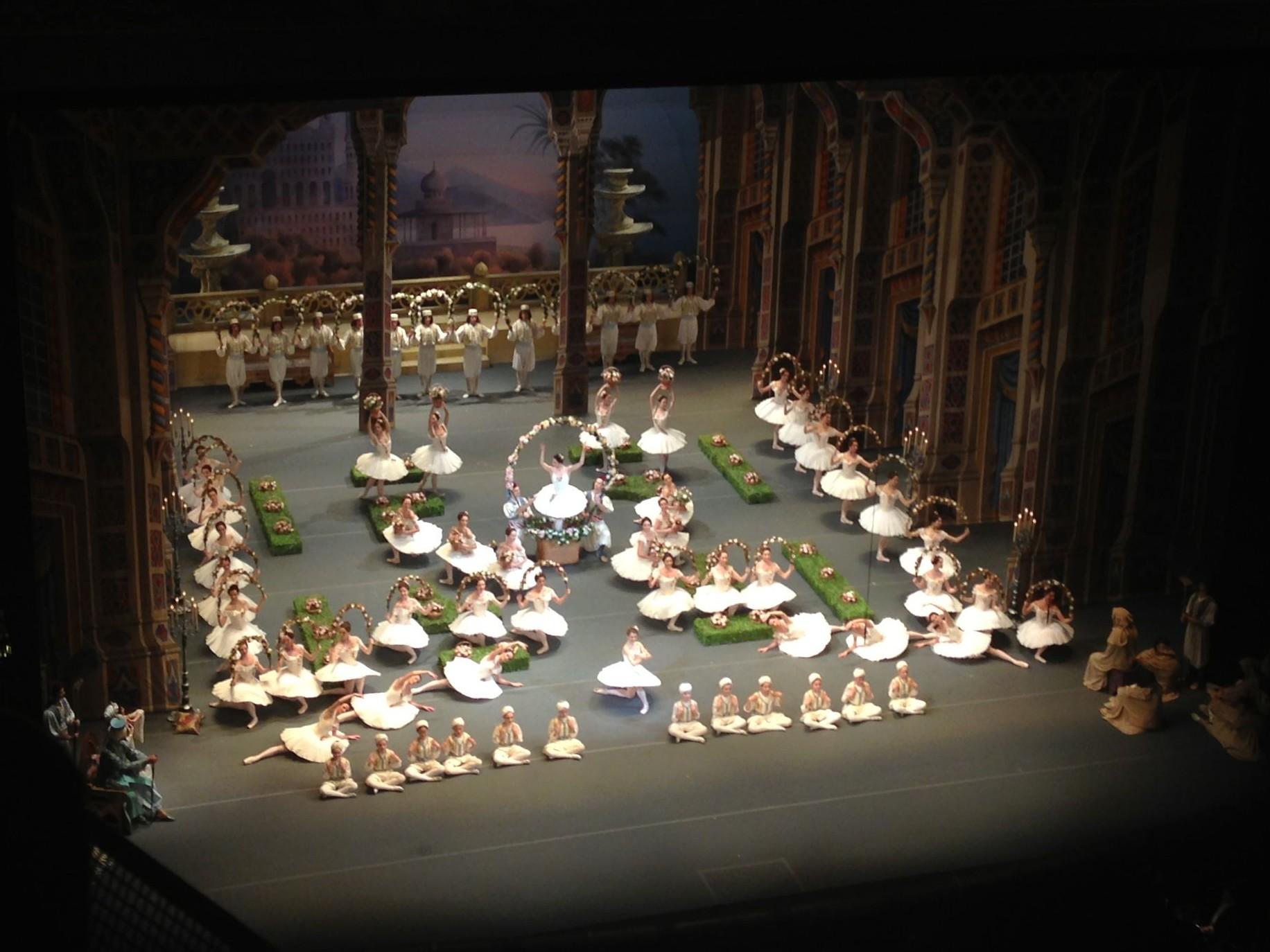Tientallen dansers en danseressen op het podium