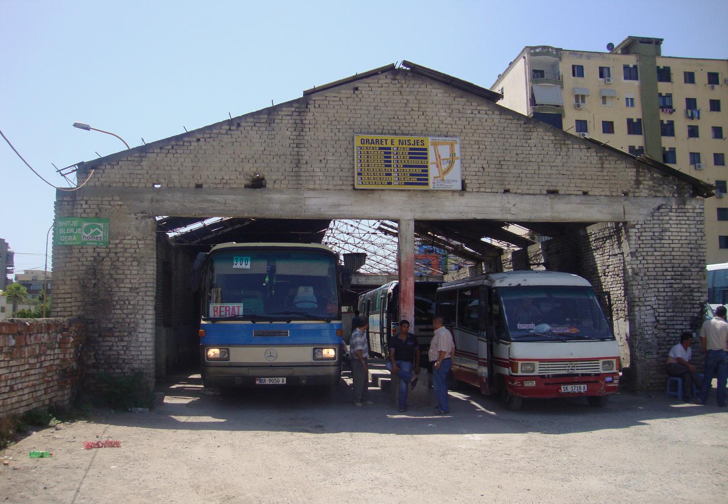 De krakbus naar het stadje Berat