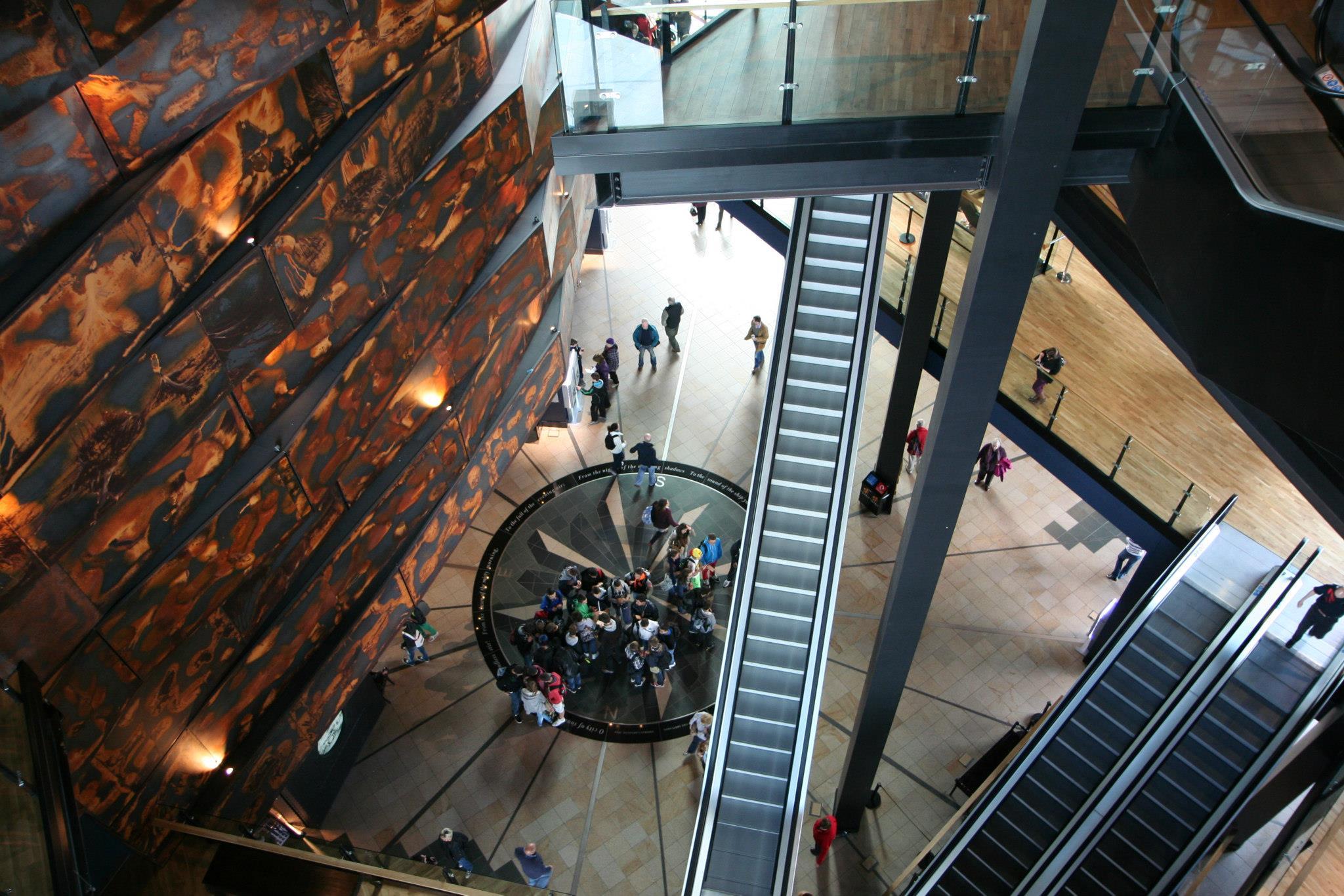 Centrale hal van het Titanic Museum in Belfast