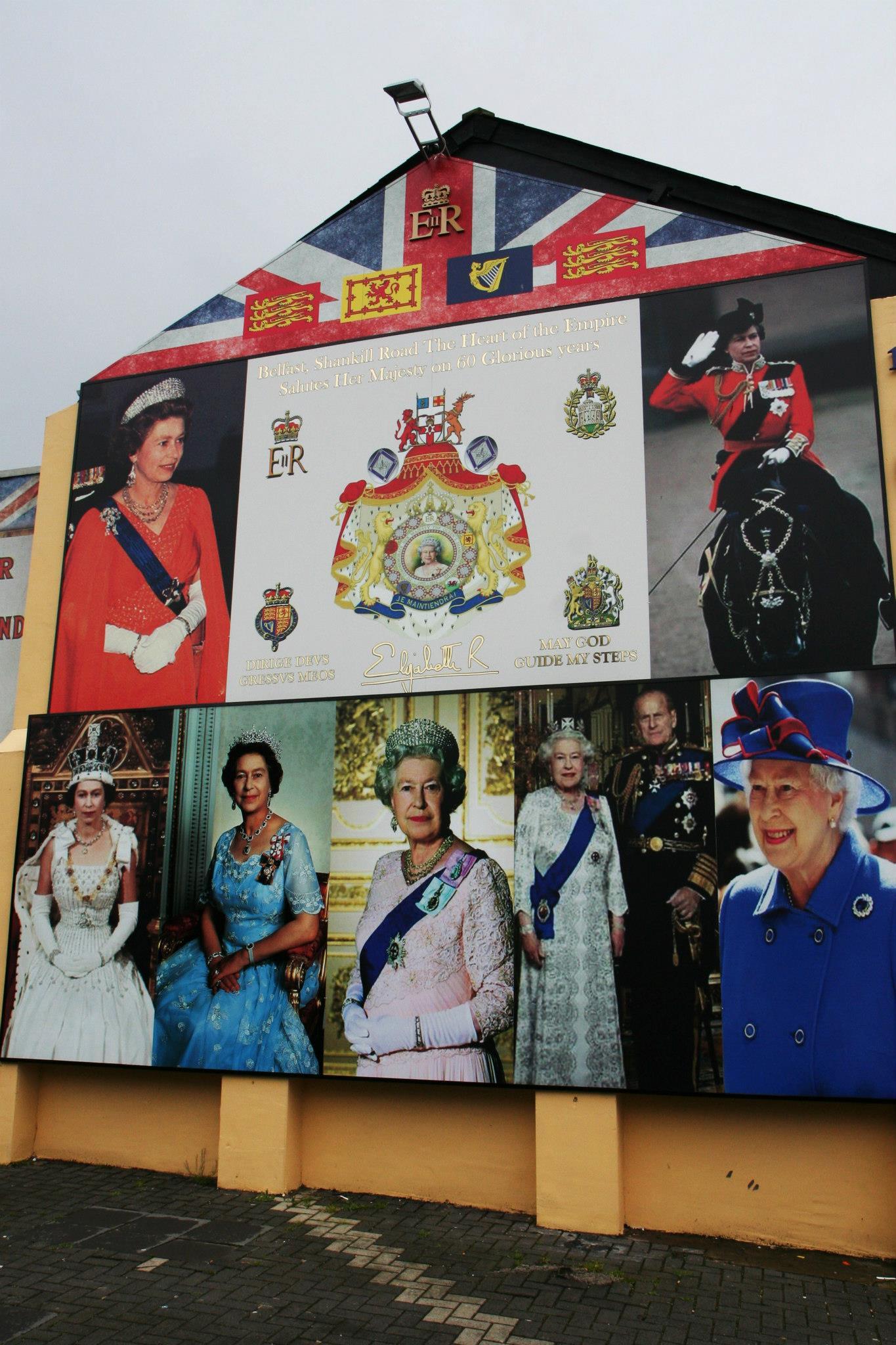 Protestantse muur vol prenten van koningin Elizabeth
