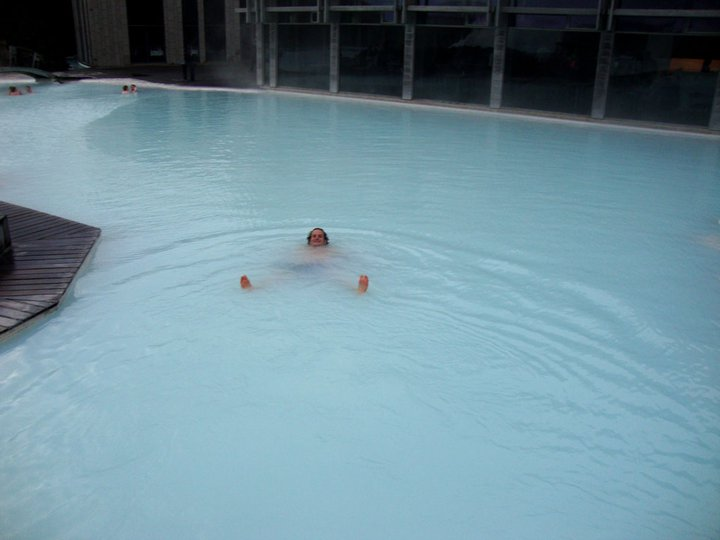 Badderen in de Blue Lagoon, het bekendste bad van IJsland