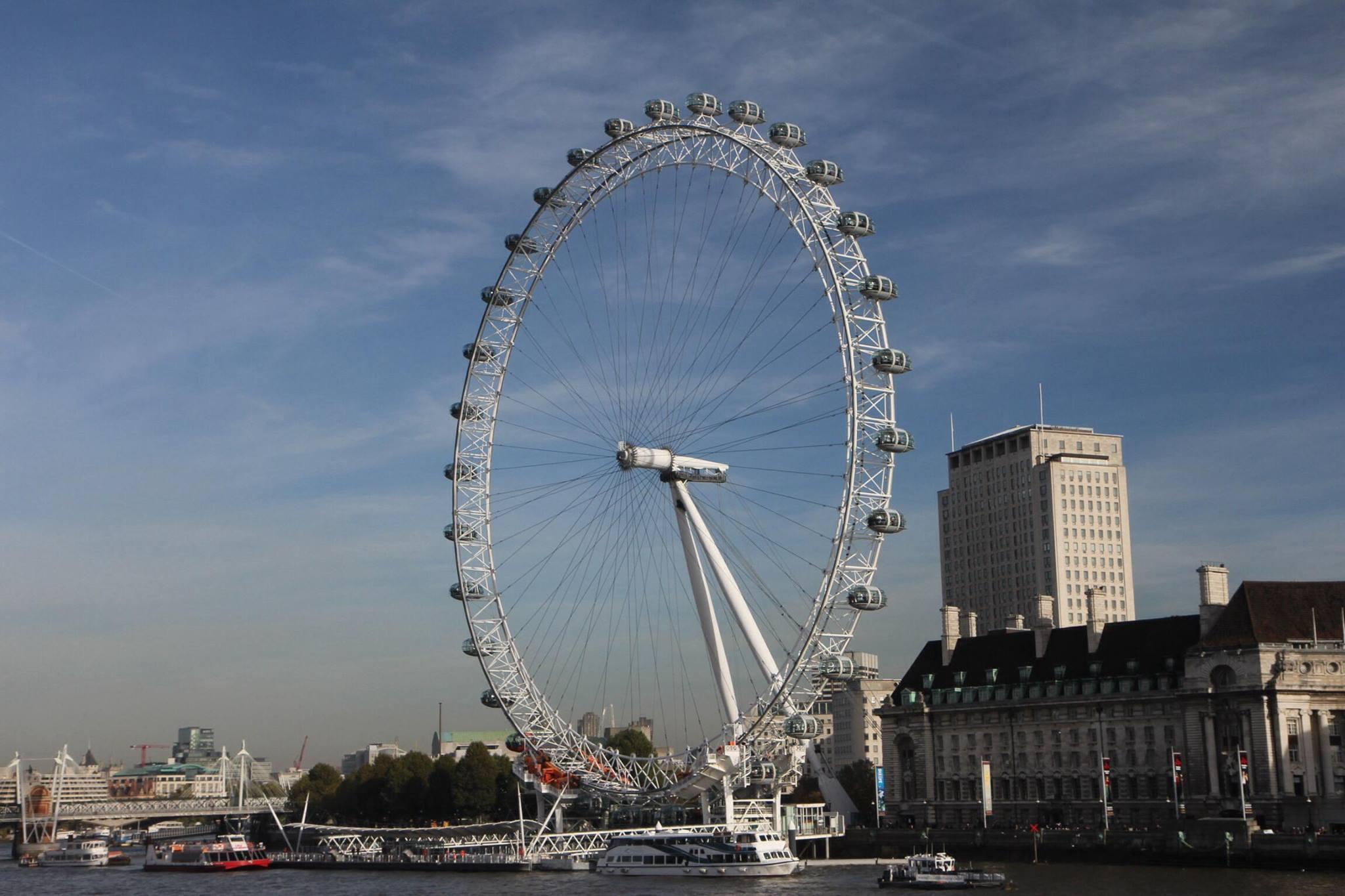 Uitzicht vanaf Westminster Bridge op het London Eye reuzenrad