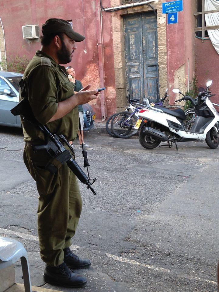 Een soldaat op straat in Tel Aviv