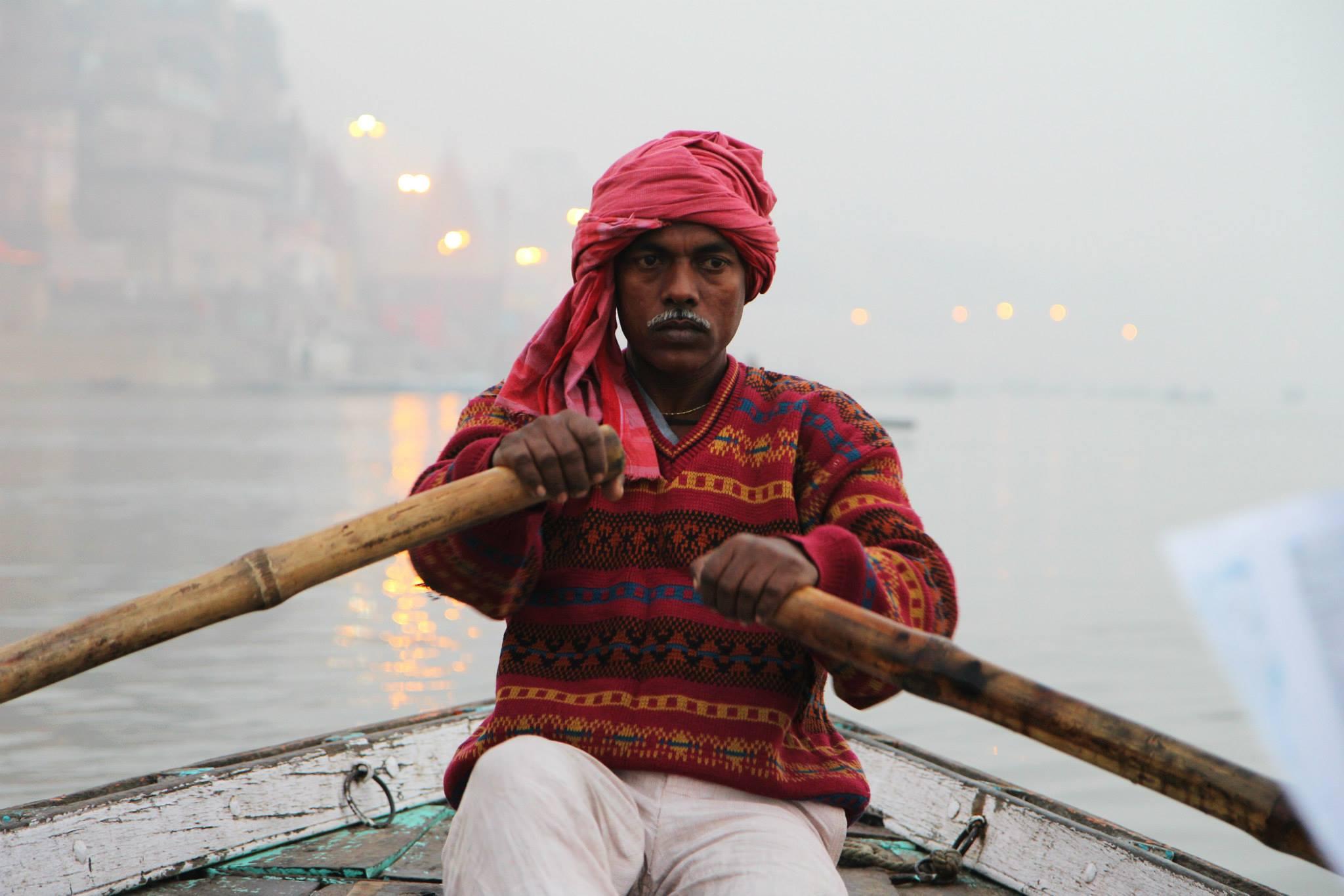 Onze bootsman op de Ganges in Varanasi