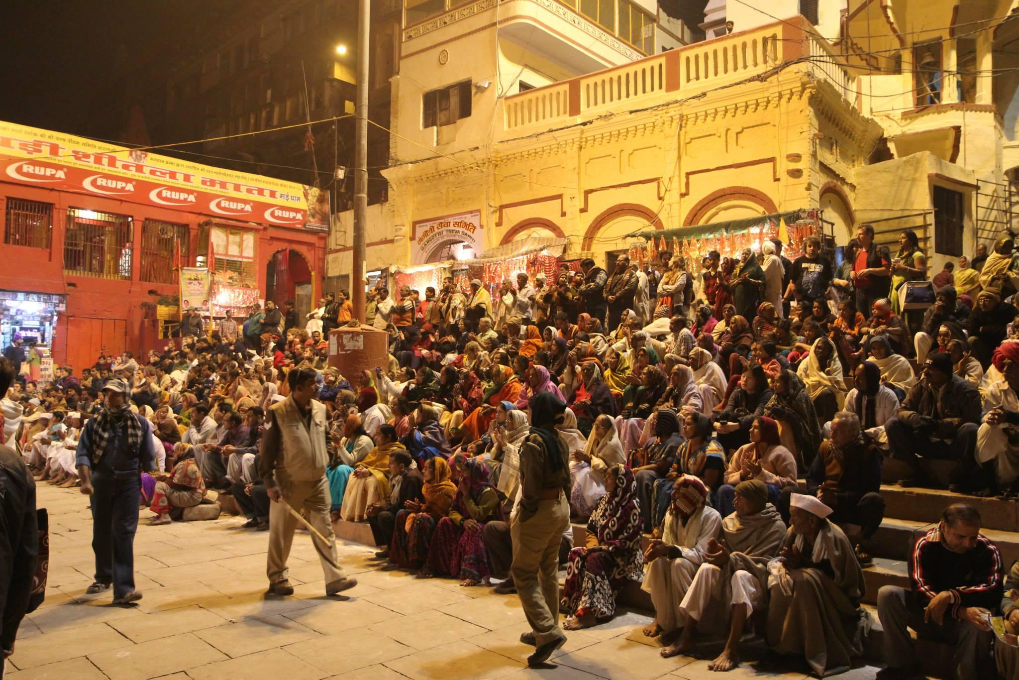 Toeschouwers bij de avondmis in Varanasi