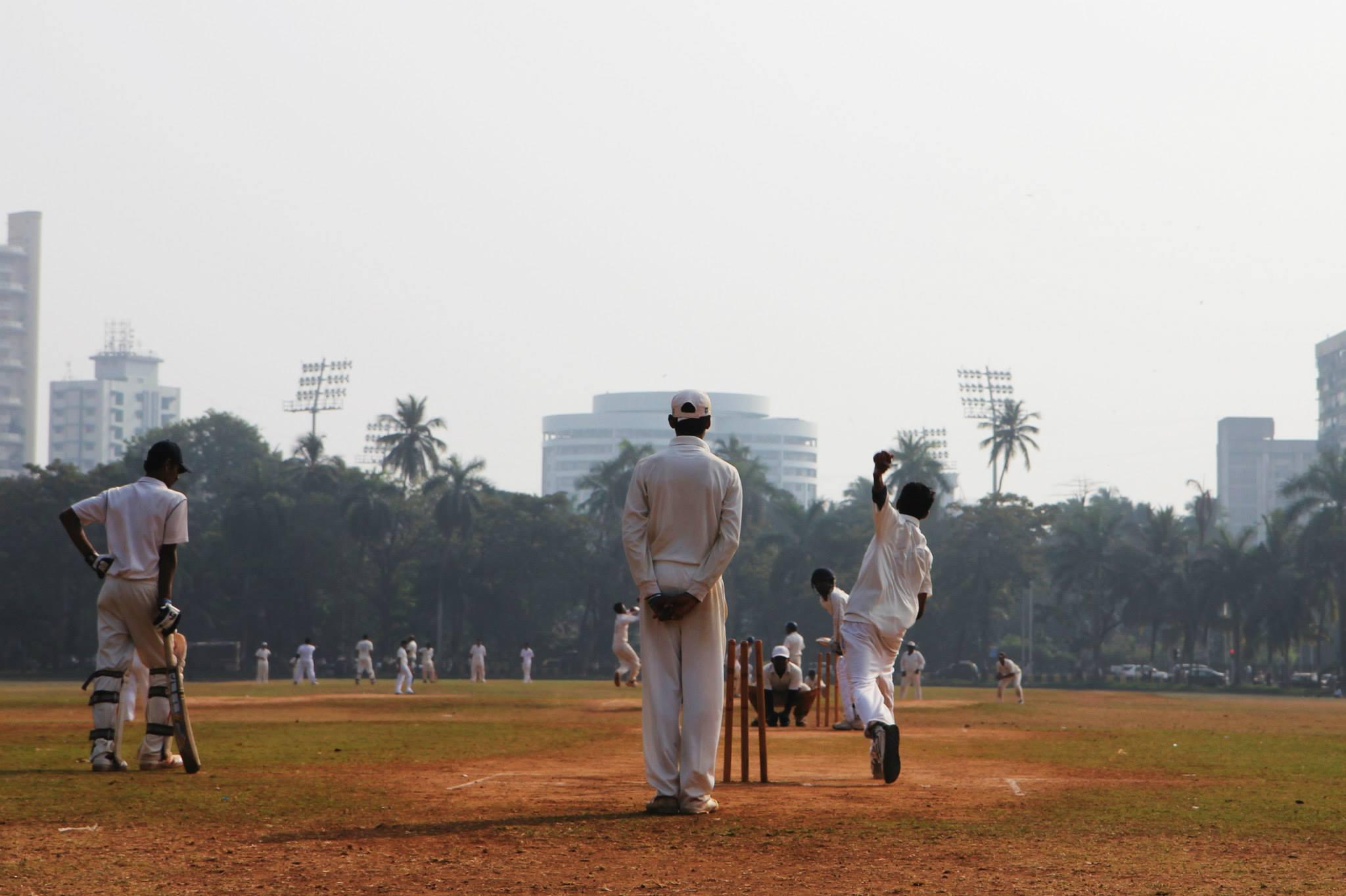 Cricketspelers in het centrale park van Mumbai