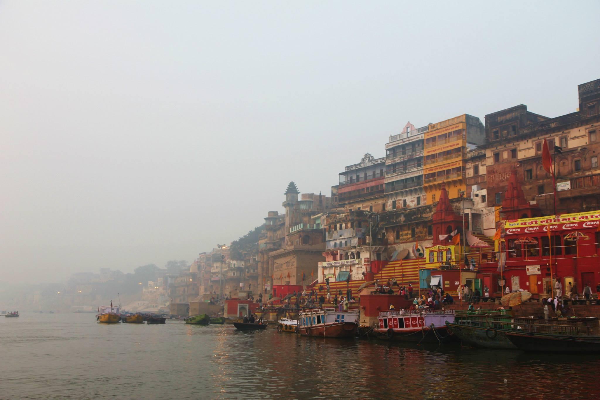 Skyline van Varanasi in de ochtend, vanaf de Ganges