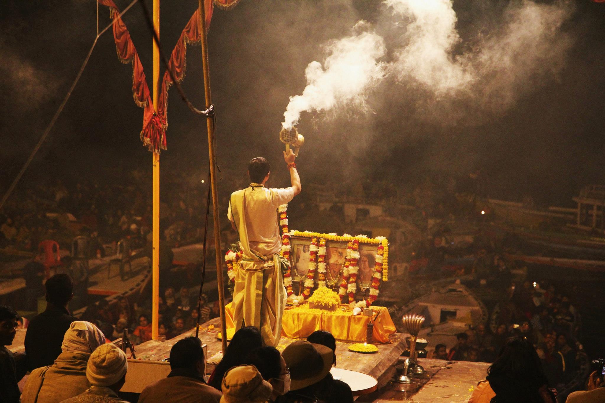 Een hindoe-priester leidt de mis aan de Ganges in Varanasi