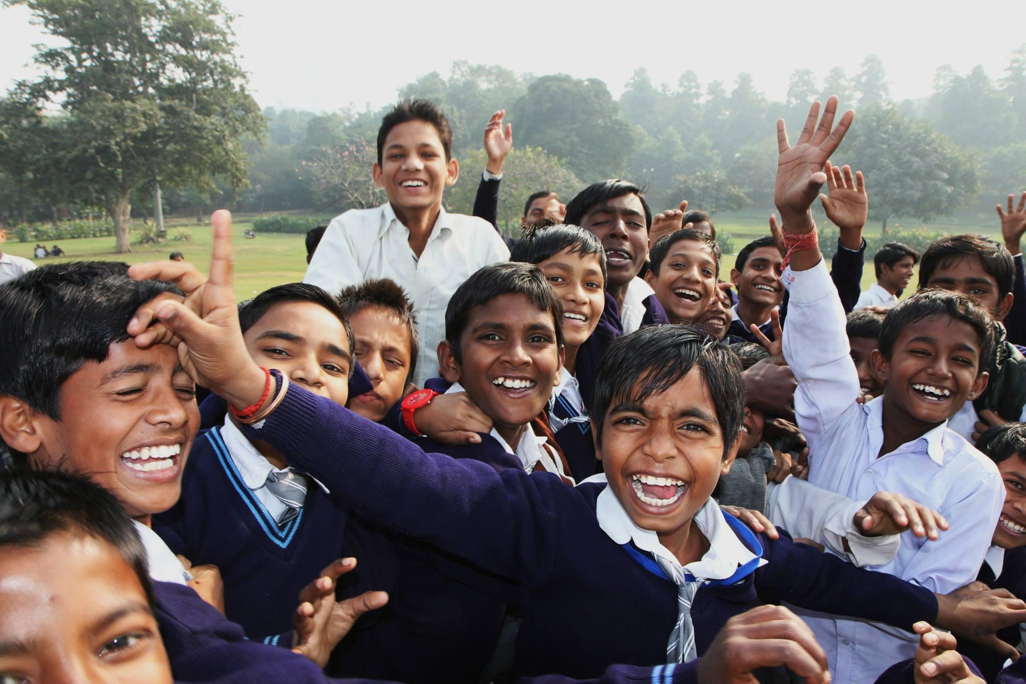 Schoolkindjes die héél graag op de foto willen in Delhi