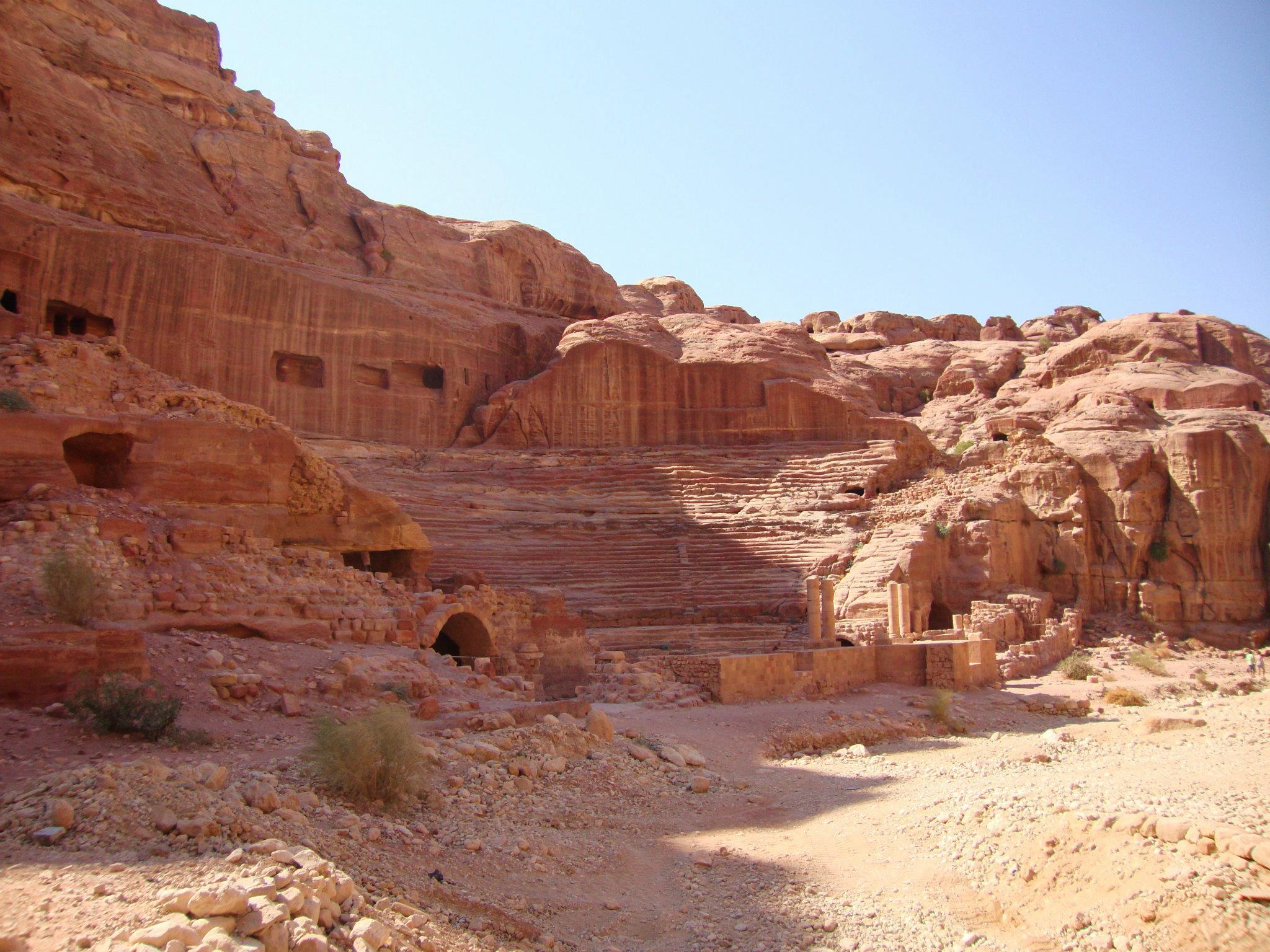 Grotten en een amfitheaterin Petra