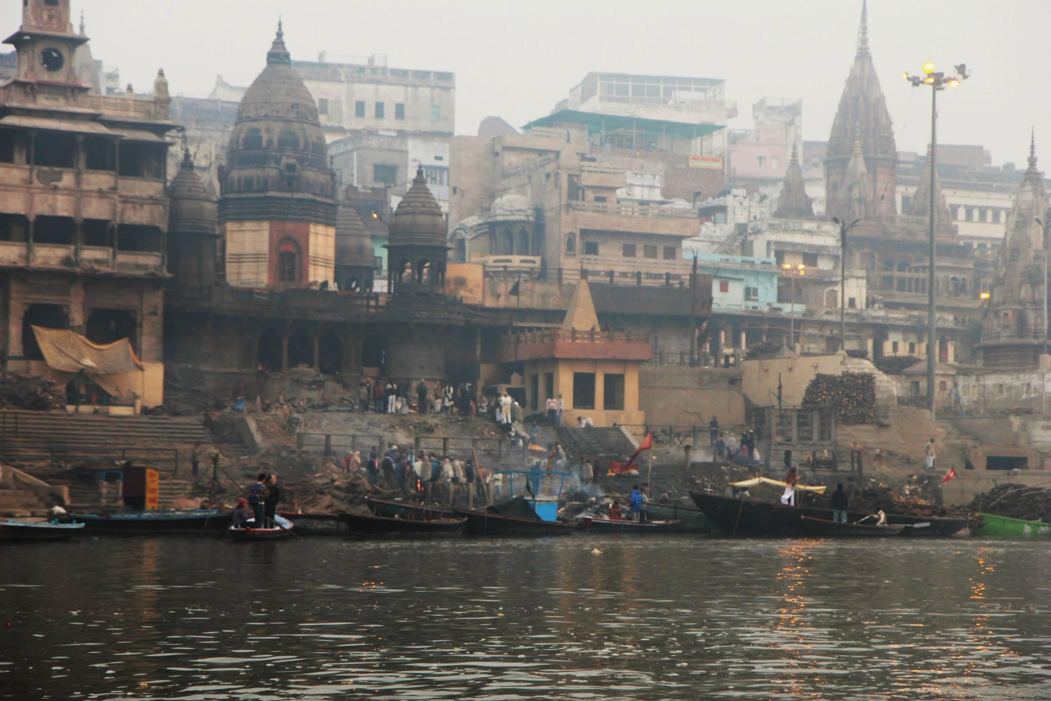Manikarnika Ghat, waar de lijken worden verbrand in Varanasi