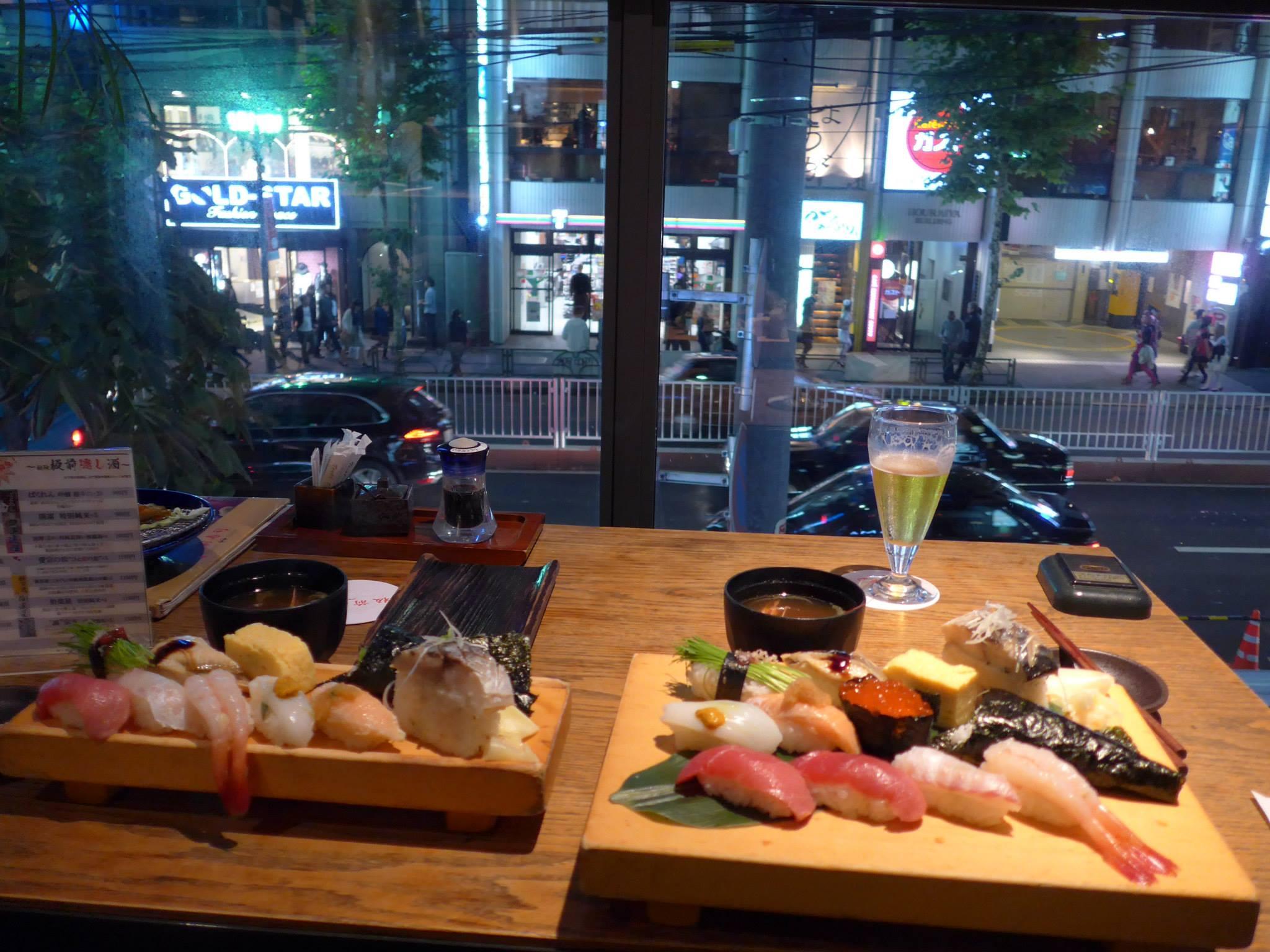 Sushi in een restaurant in uitgaanswijk Roppongi in Tokio