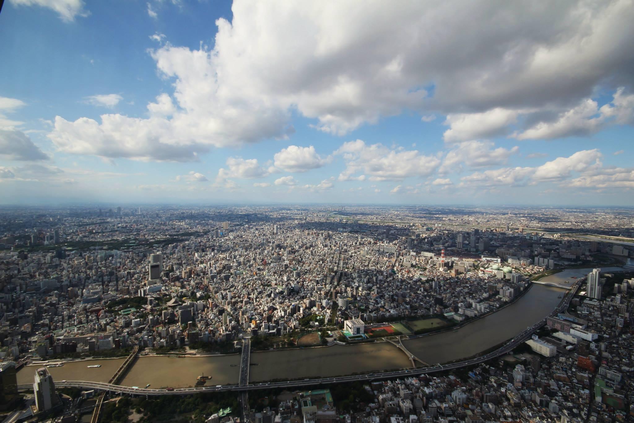 Uitzicht vanaf het tweede deck (450 meter) van de Skytree Tower in Tokio