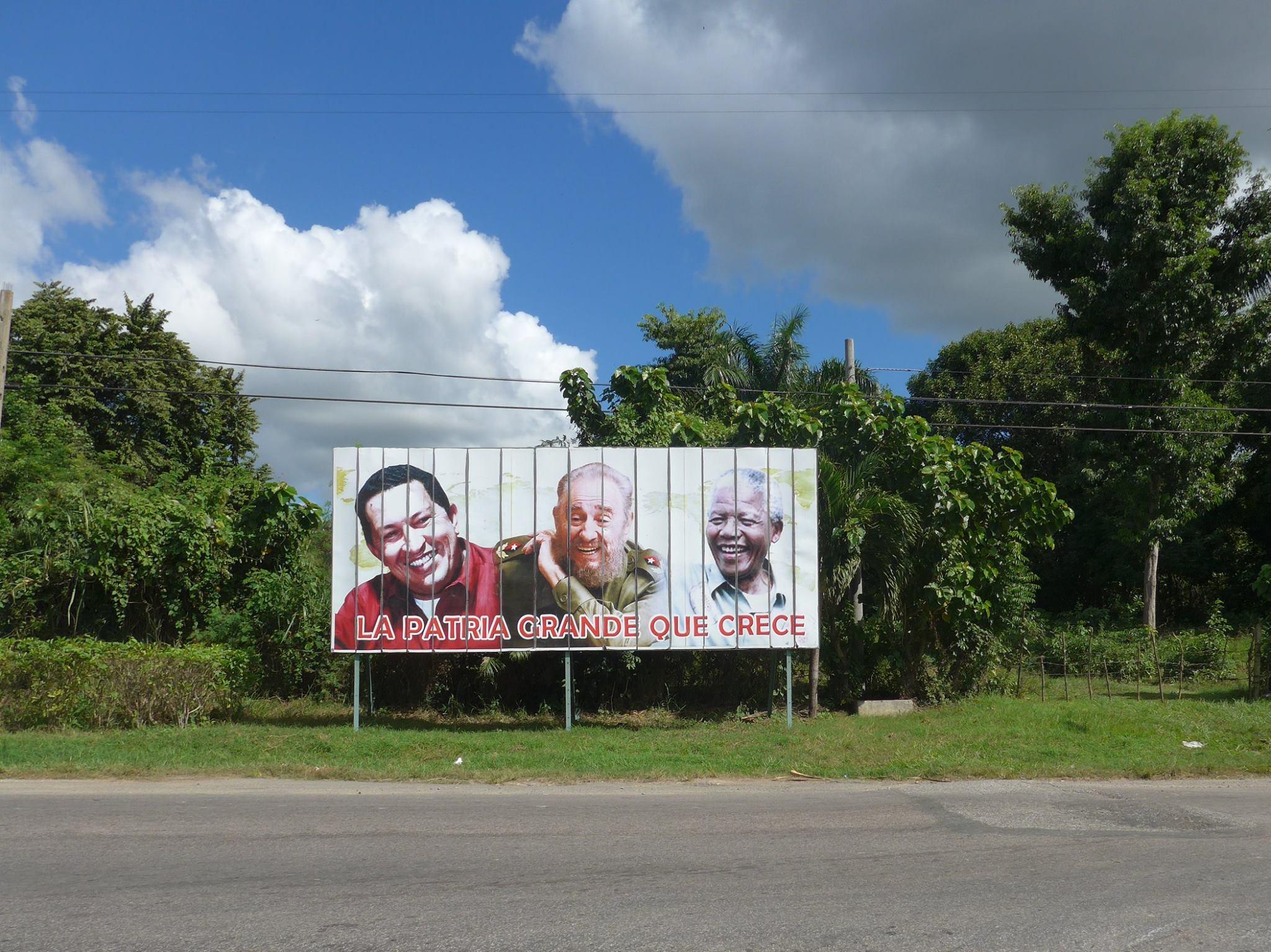 Billboard met de gezworen vrienden van Cuba, Hugo Chavez en Nelson Mandela.