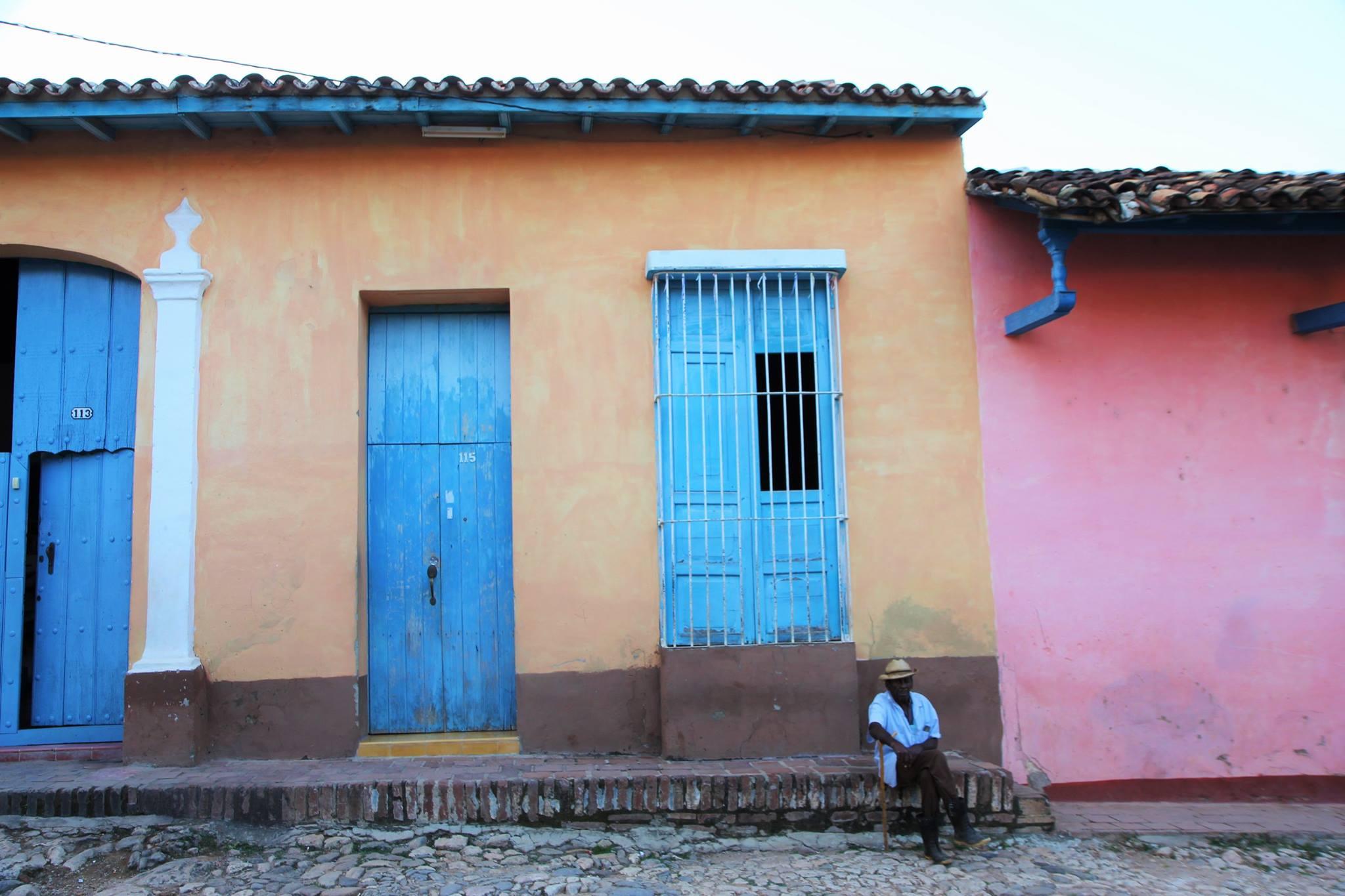 Oude man in een achterafstraatje in Trinidad.