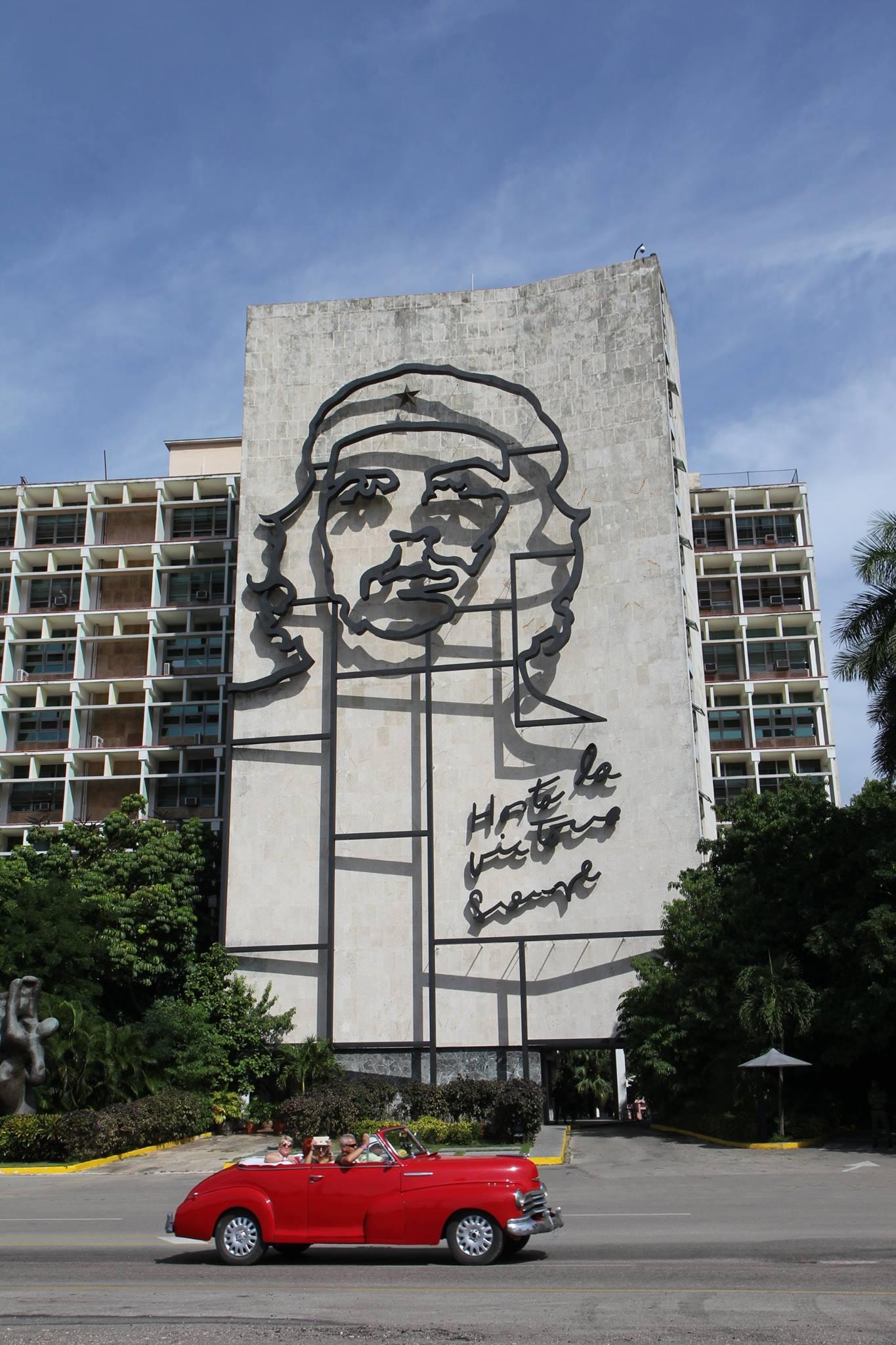 Op de Plaza de la Revolución in Havana hangt een groot portret van Che.