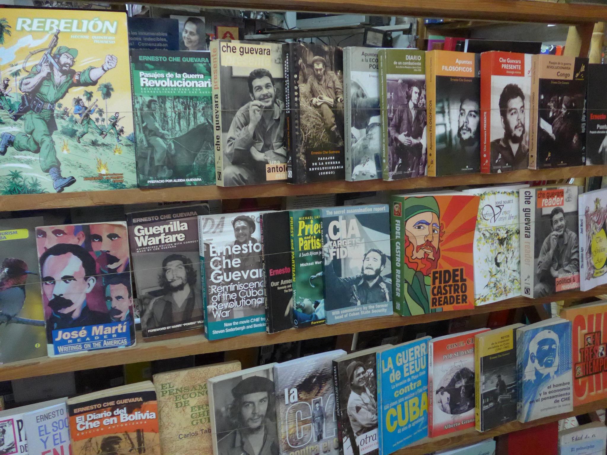 De boekwinkeltjes in Cuba zitten vol met Che en Fidel-propaganda.