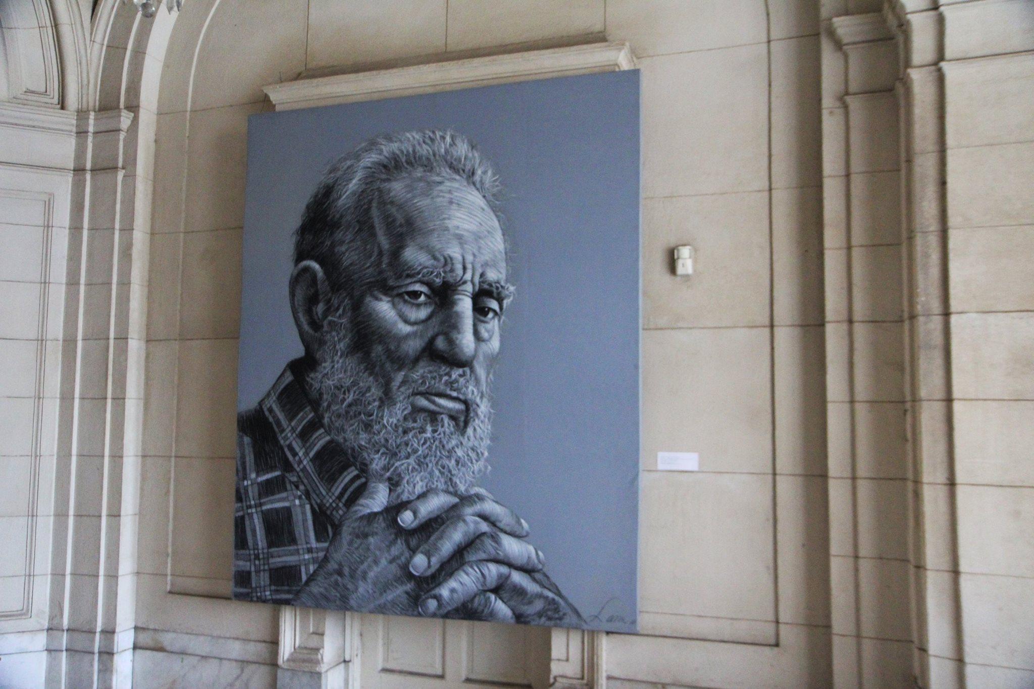 Een portret van Fidel Castro siert de muur in het revolutiemuseum in Havana
