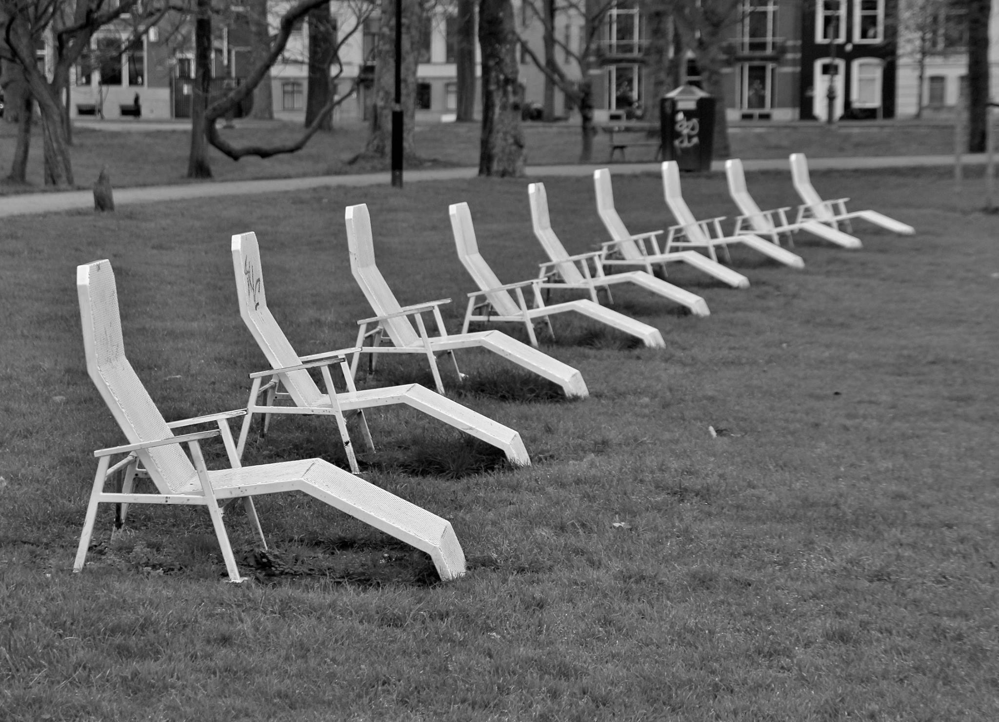 De stalen ligstoelen in park Lepelenburg vormen een mooie curve naar rechtsboven